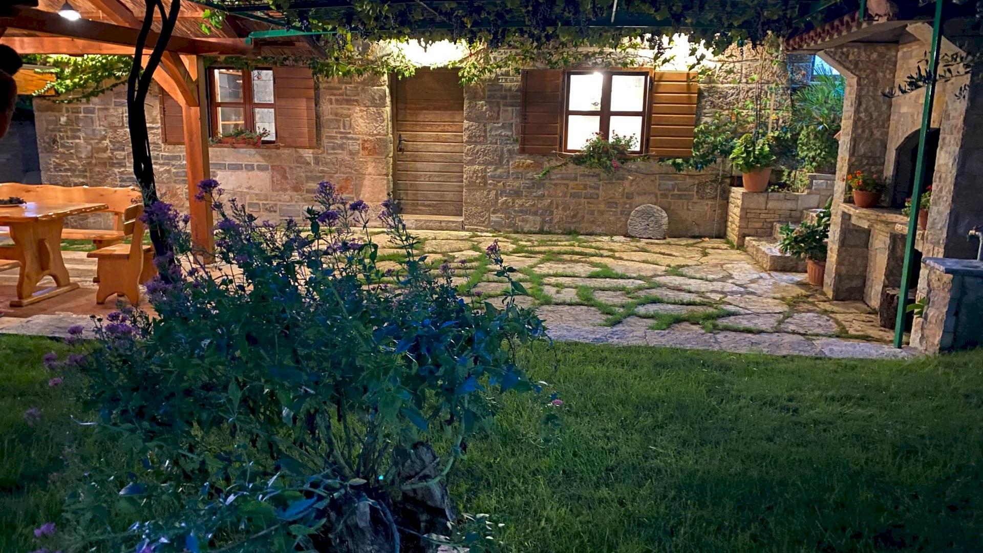 Područje u zaleđu između Zadra i Šibenika, naziva se Ravni kotari jer se radi o ravnici s bogatom i plodnom zemljom.